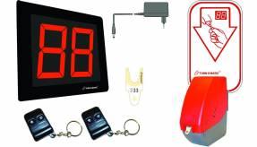 Kø-nummersystem startpakke m. display Rød dispenser D900 Indeholder flg:- Plug-in strømforsyning- Nummertavle INR902, 2 røde LED cifre, med trådløs modtager.- Dispenser - Billetter T90 (6 ruller × 4000 billetter)- 2 × Fjernbetjening (+ og -)